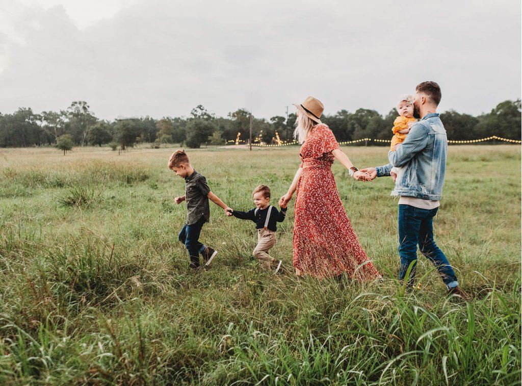 familia en campo Aralia