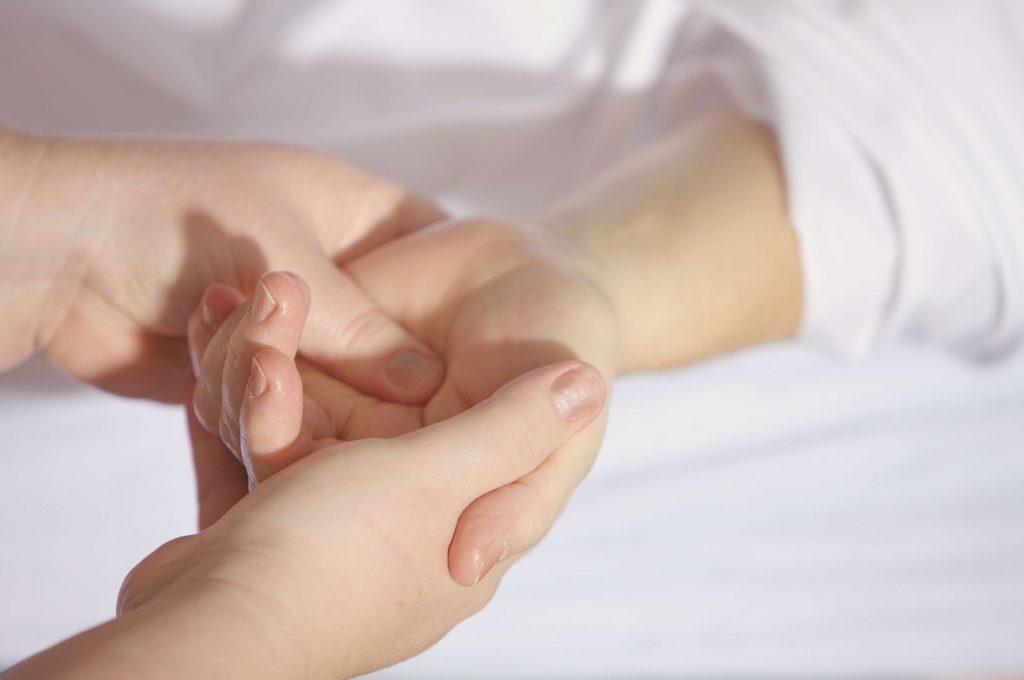 persona cogiendo la mano a enfrmo